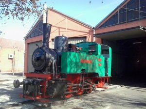 Fue fabricada por Orenstein & Koppel (O & K) en 1926, en Alemania. Su número de construcción es el 11198, que está grabado en numerosas piezas. Esta locomotora de vapor funciona quemando carbón de tipo hulla en su hogar, para calentar agua y producir vapor para moverse. Es una locomotora-ténder, con rodaje de tres ejes acoplados, sin ejes libres, clasificada como: 030T . Para ancho de vía de 1000 mm o vía métrica. Actualmente rueda por un tramo del antiguo Ferrocarril del Tajuña, entre la estación de La Poveda y el apeadero de la Laguna del Campillo. Cuenta con dos cilindros de 265mm de diámetro y carrera de 400mm. La distribución es Allan con válvula de distribuidor plana. Alimentados por vapor saturado. La caldera dispone de 82 tubos de calefacción de 50mm de diámetro y 2200mm de longitud, un emparrillado de 750x680mm y una altura en el hogar de 870mm. Las superficies de calefacción directa e indirecta son 2,98 m² y 29,36 m² respectivamente. Timbrada en fábrica a 12kg/cm². El esfuerzo de tracción resultante, para unas ruedas de 600mm de diámetro es de 4500KN (recalculado) el fabricante declaraba 90cv aunque se desconoce la velocidad a lo cual lo desarrollaba, arrojando en recalculos 90cv a 5km/h y unos 300cv a 30km/h como potencia límite. Los aparatos de alimentación son de tipo aspirante ubicados en la parte superior de los tanques de agua. Sus dimensiones generales son : 2050mm de ancho, 3100mm desde la cabeza del carril hasta la chimenea y una distancia entre topes de 6370mm. Su peso en vacío son 14Tn y su peso máximo son 16Tn.